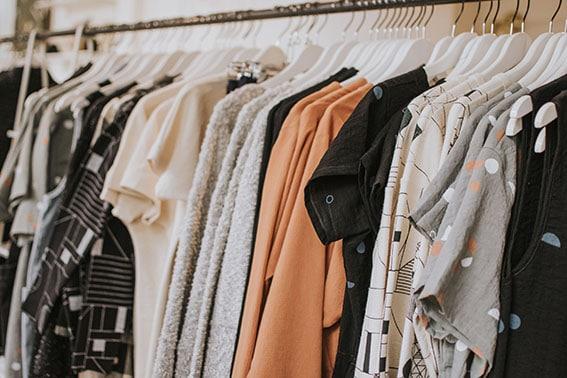 Anaquel de tienda de ropa