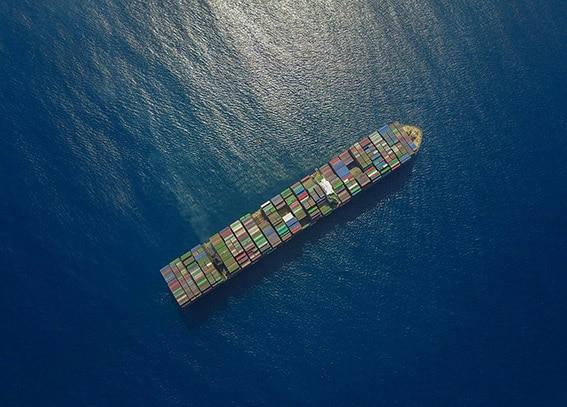Barco carga contenedores proveeduria