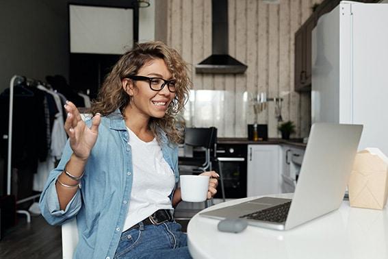 junta-trabajo-Digital-ET2C-Int-computadora-escritorio-proveedores